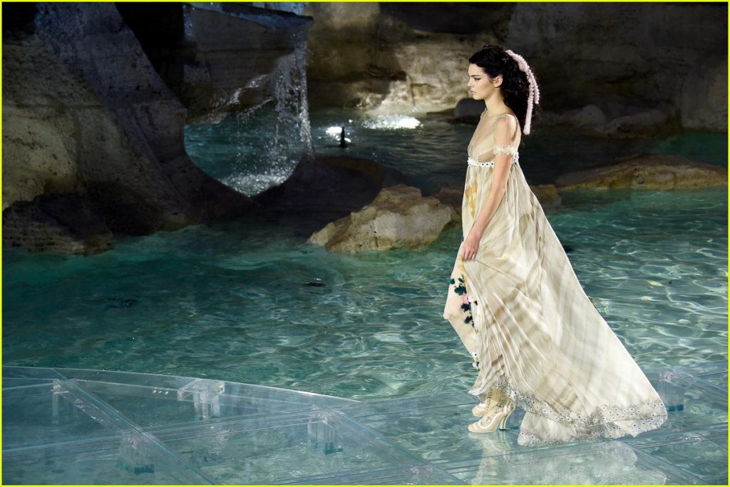 Fashion Uncategorized @ro  Cel mai spectaculos show din istoria modei: Fendi a instalat pasarela în Fontana di Trevi din Roma