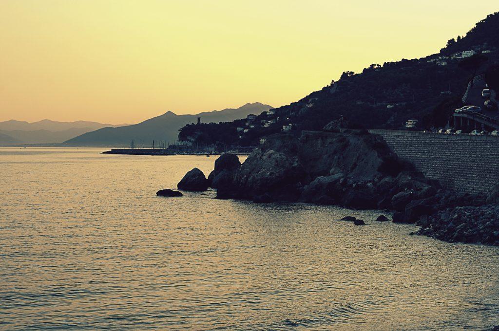 Trips Uncategorized @ro  Varigotti: Despre călătorii și apusuri de soare